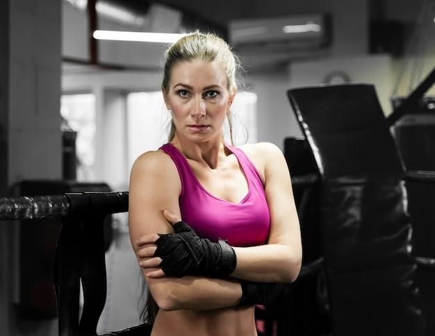 Boxeadora posando en el centro de entrenamiento