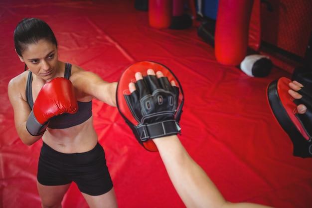 Boxeadora practicando con entrenador