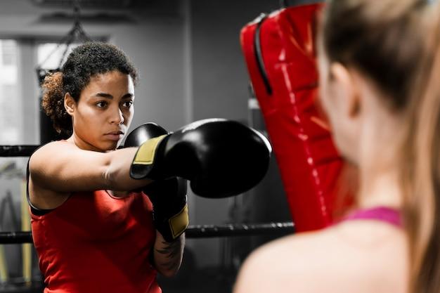 Boxeadoras entrenando juntas