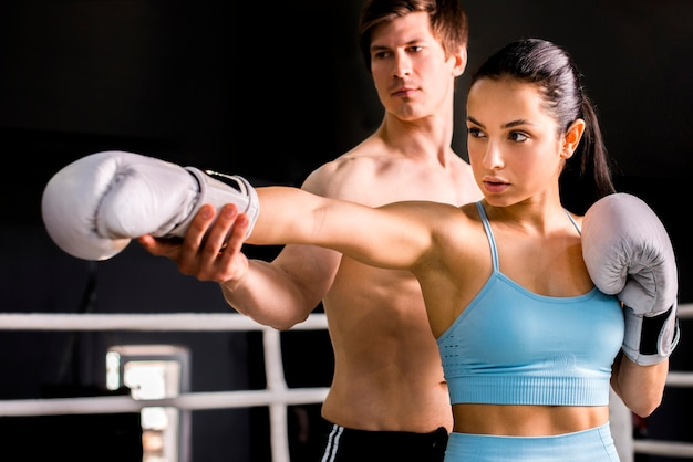 Boxeadores posando en el gimnasio