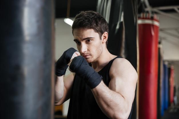 Boxer entrenamiento con saco de boxeo