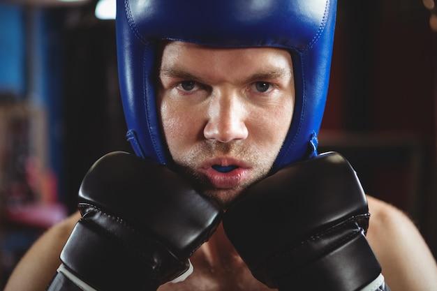 Boxer realizando una postura de boxeo