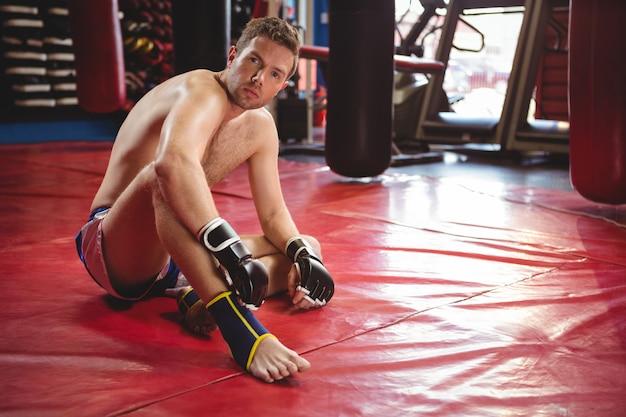 Boxer relajante en el piso