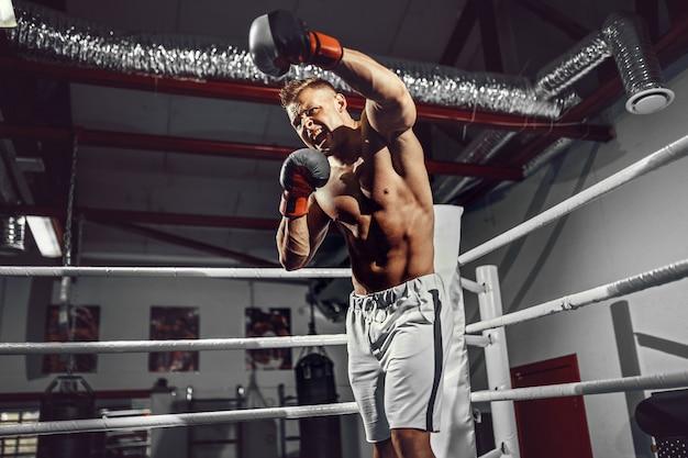 Boxer. seguro joven boxeador en el ring de boxeo