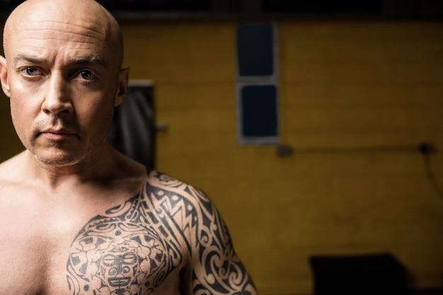 Boxer tailandés posando