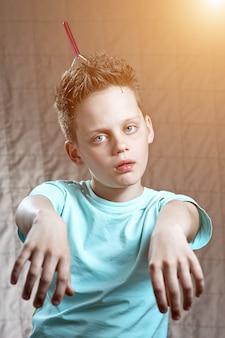 Boy está jugando y pretendiendo ser un zombie alienígena