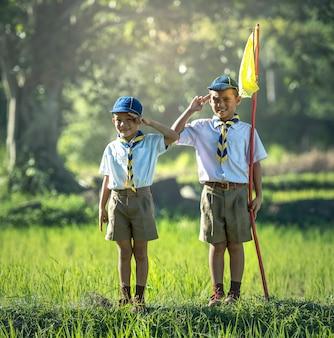 Boy scout asiático haciendo un juramento