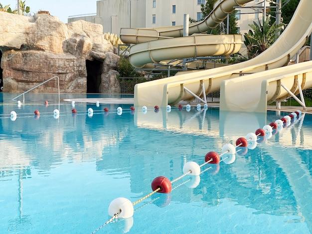 Boyas de plástico para limitar la natación en la piscina