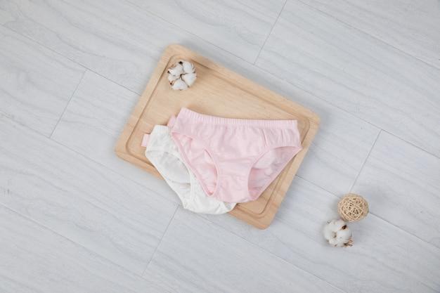 Bragas de algodón de las mujeres con flores aisladas en blanco