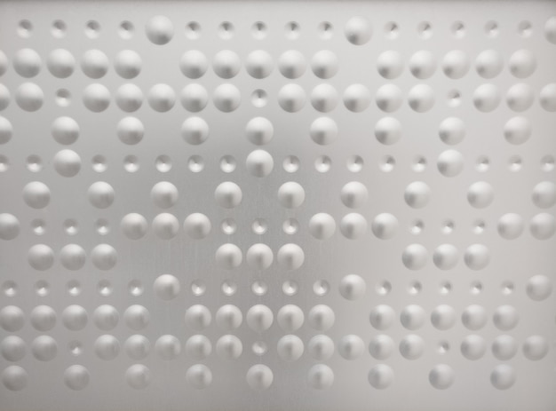 Braille como patrón en una superficie de metal
