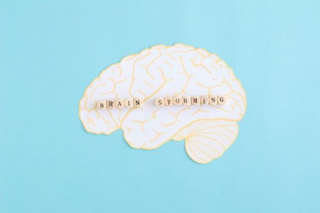 Brain storming bloquea el cerebro blanco sobre fondo azul