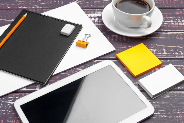 Branding papelería maqueta en escritorio púrpura. vista superior de papel, tarjeta de visita, libreta, bolígrafos y café.