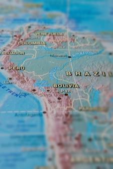 Brasil y perú en un mapa en papel