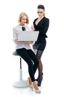 Brazo femenino con punta de pluma de plata en financiera
