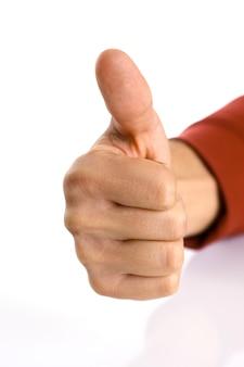 Brazo masculino mostrando ok o confirme la señal con el pulgar hacia arriba