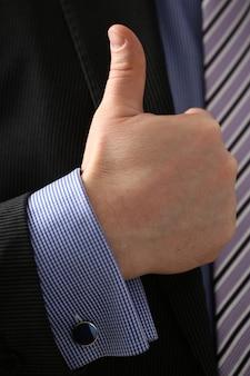El brazo masculino muestra ok o confirma durante