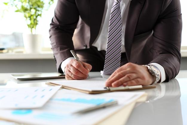 Brazo masculino en traje y corbata rellena con forma de almohadilla