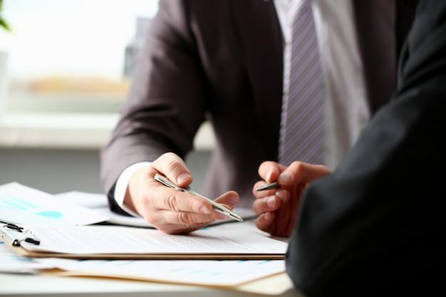Brazo masculino en traje y corbata rellena forma recortada