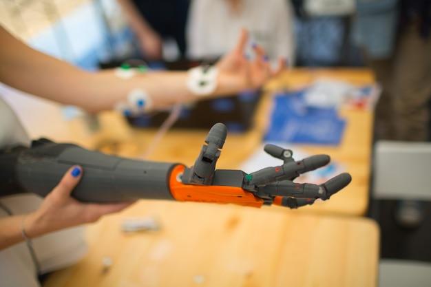 Brazo robot protésico de mano. prótesis de órgano mecatrónico biónico de reemplazo médico.
