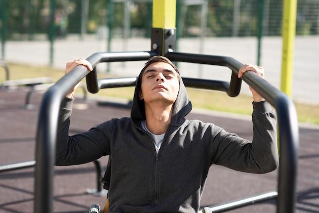 Brazos de entrenamiento de hombre discapacitado de tiro medio