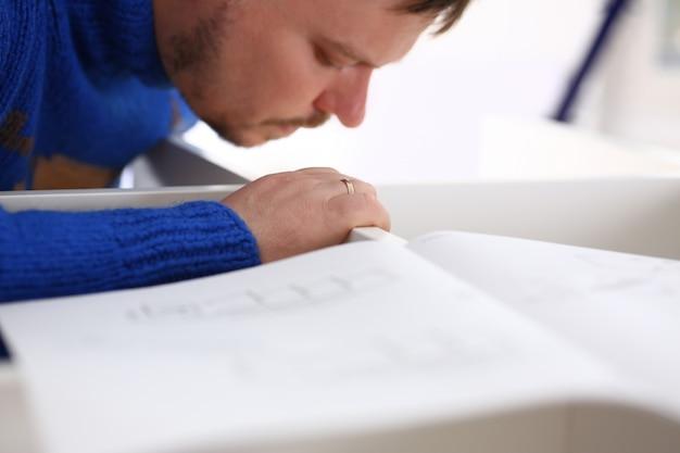 Brazos masculinos que ensamblan el primer de los muebles. manual de bricolaje, inspiración y mejora, idea de taller y educación industrial para el concepto de carrera profesional