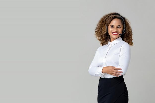 Brazos sonrientes cruzados mujer afroamericana con micrófono