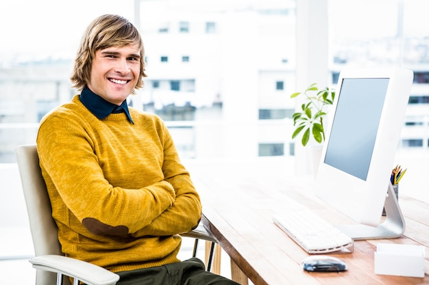 Brazos sonrientes de la travesía del hombre de negocios del inconformista en su oficina