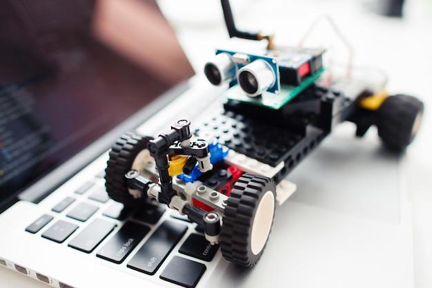Bricolaje electrónica construcción juguete entretenimiento tecnología desarrollo hobby concepto