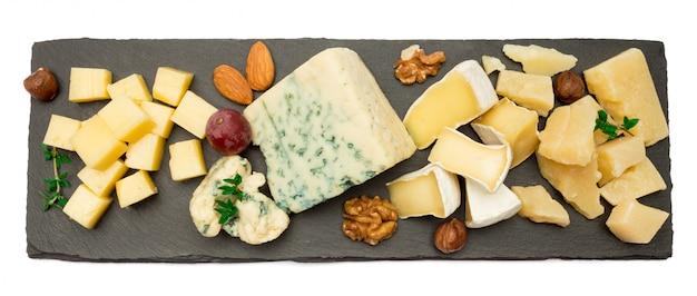 Brie, camembert, roquefort y cheddar sobre tabla de piedra