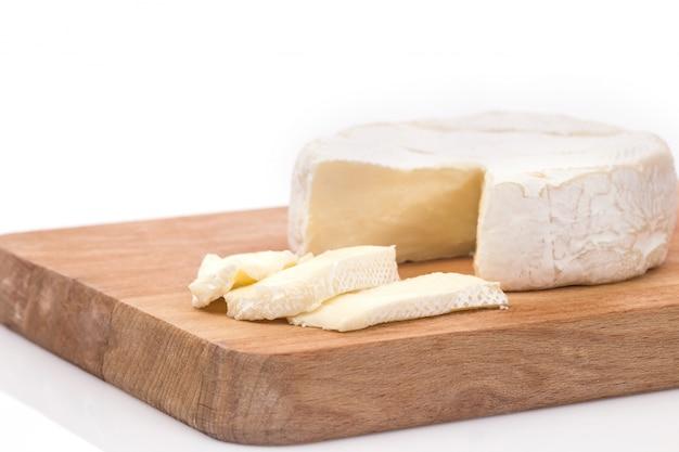 Brie cremoso sobre fondo de madera rústica, vista superior