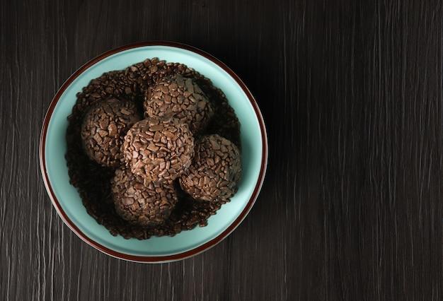 Brigadeiro: manjar tradicional brasileño elaborado con leche condensada, cacao en polvo, mantequilla y chispas de chocolate. caramelo de chocolate granulado en la vista superior.