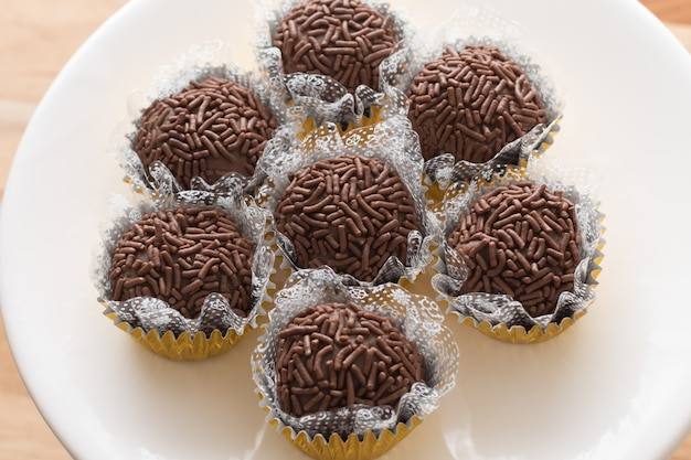 Brigadeiro tradicional brasileño. las bolas de fudge brasileñas más famosas. bola de chocolate