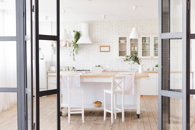 Brillante acogedora cocina moderna con isla