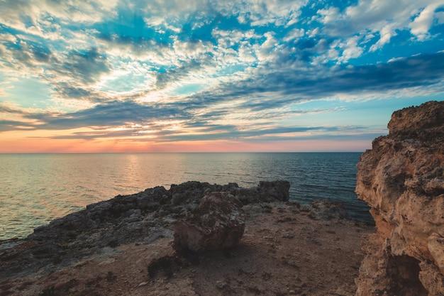Brillante destino de vacaciones playa amanecer y acantilados marinos