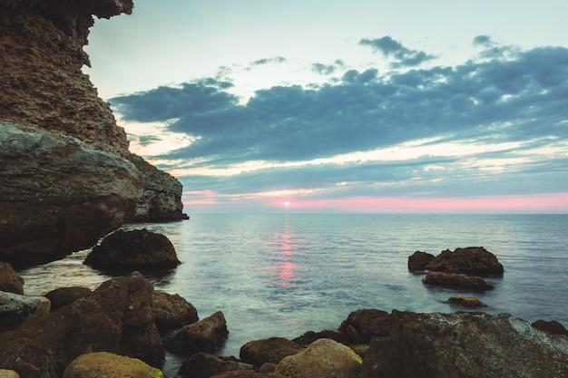 Brillante destino de vacaciones playa amanecer y fondo de acantilados de mar