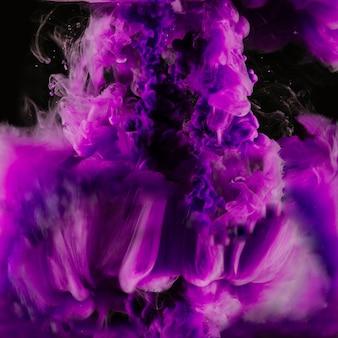 Brillante explosión de tinta púrpura
