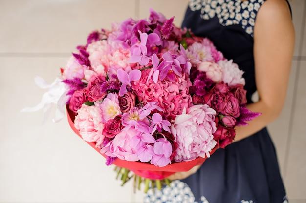 Brillante y hermoso ramo de flores de colores en las manos