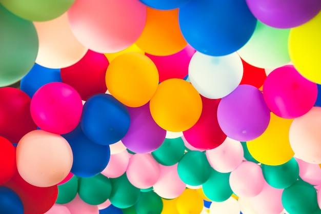 Brillante montón de globos de colores.