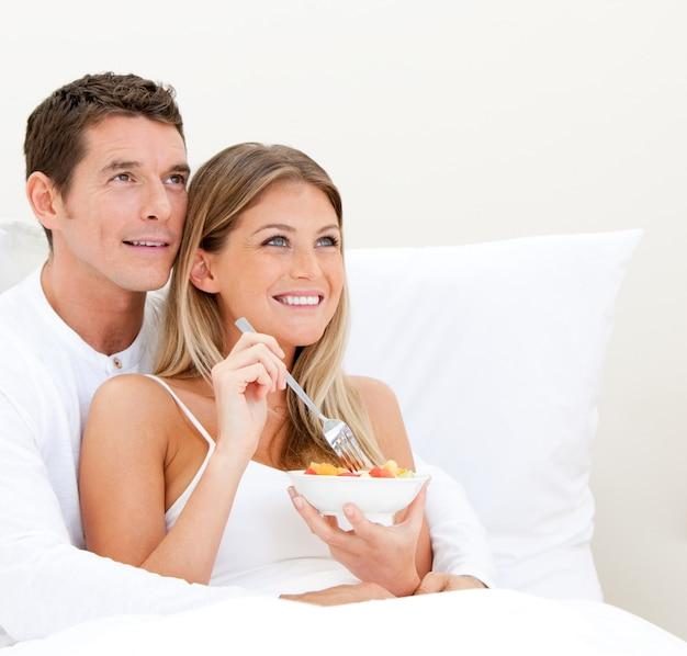 Brillante pareja desayunando