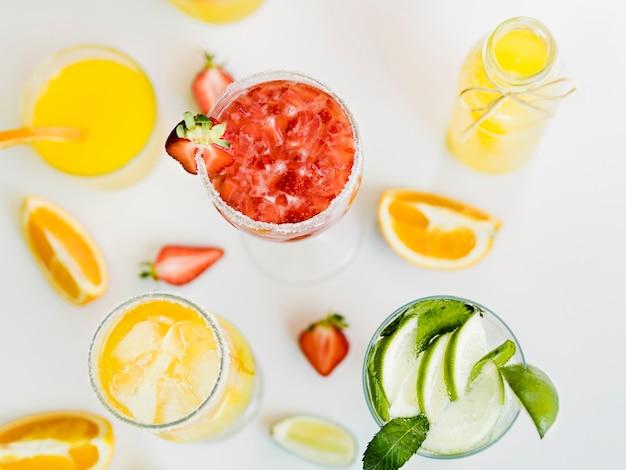 Brillantes bebidas de verano con frutas jugosas.