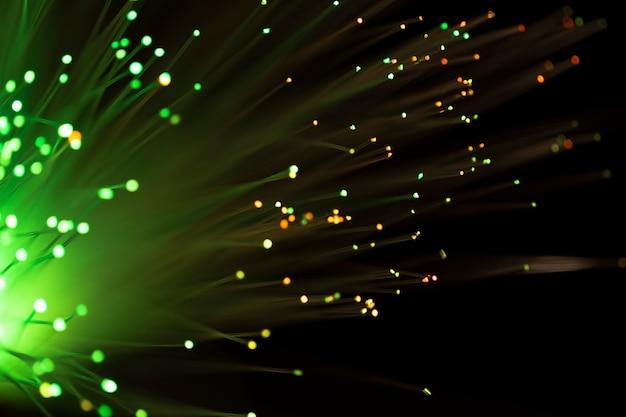 Brillantes canales de fibra en verde