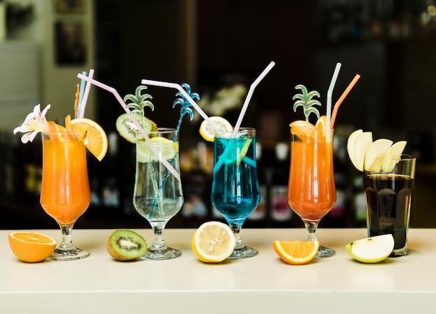 Brillantes cócteles de verano en barra de bar