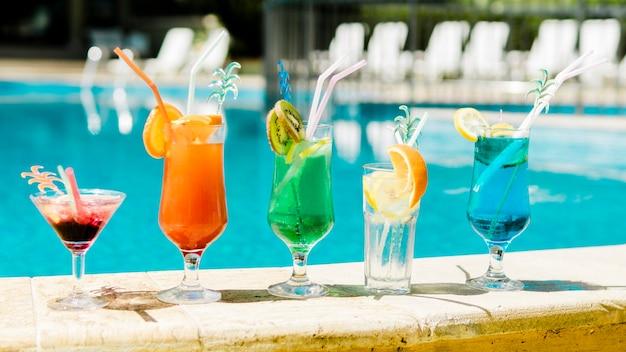 Brillantes cócteles de verano junto a la piscina.