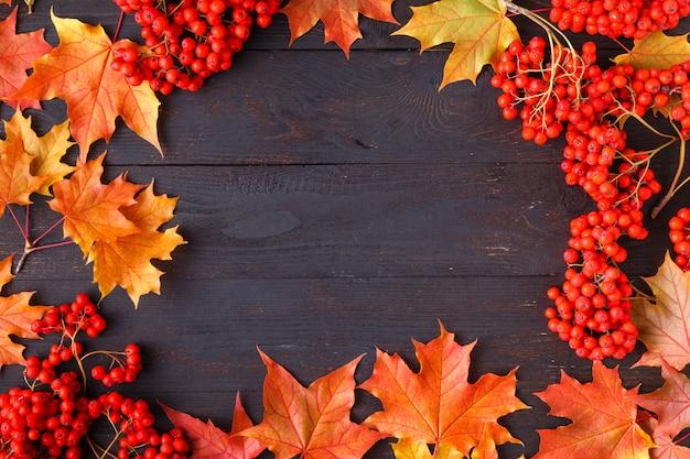 Brillantes hojas de otoño y texto; fondo de otoño genérico, perfecto para pancartas de venta, invitación de boda o guardar la plantilla de fecha, tarjeta de felicitación de temporada