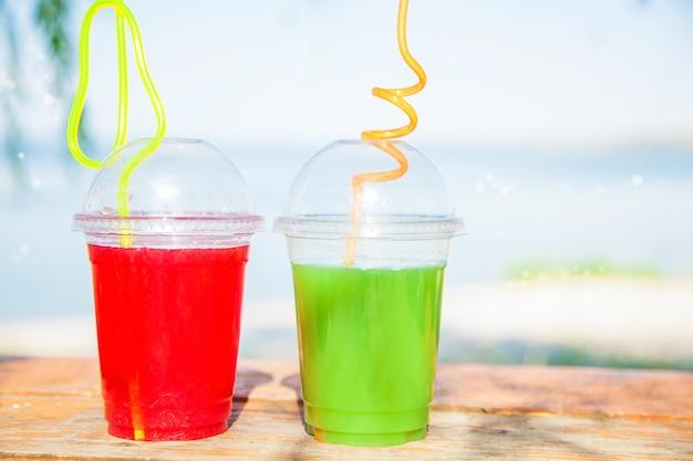 Brillantes jugos frescos y saludables en el mar