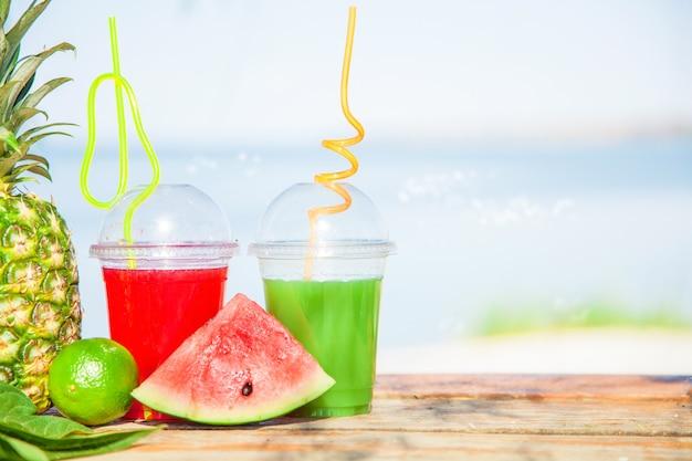 Brillantes jugos saludables frescos, frutas, piña, sandía