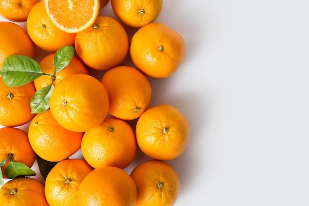 Brillantes jugosas frutas naranjas maduras con hojas