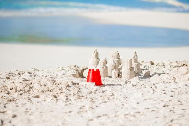 Brillantes juguetes para niños en la playa de arena tropical