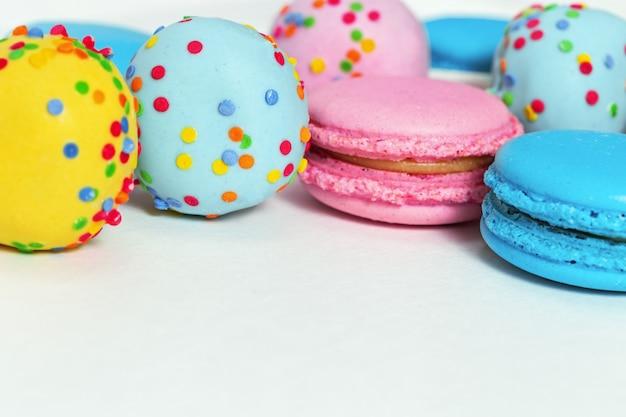 Brillantes macarrones sabrosos y estallidos de pastel de azul y rosa