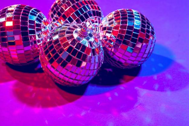 Brillantes pequeñas bolas de discoteca brillando en una hermosa luz púrpura. fiesta disco